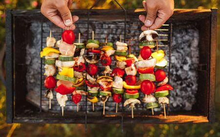 Crop chef preparing skewers on grill 版權商用圖片 - 129782768
