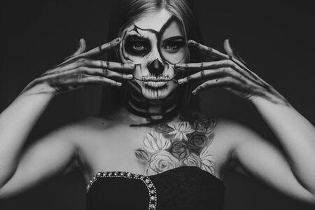Bonita mujer con maquillaje asustado y arte corporal.