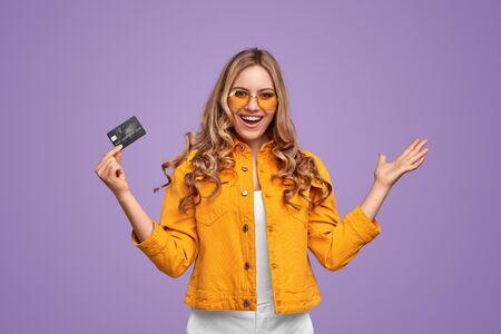 Happy bank client with credit card 版權商用圖片