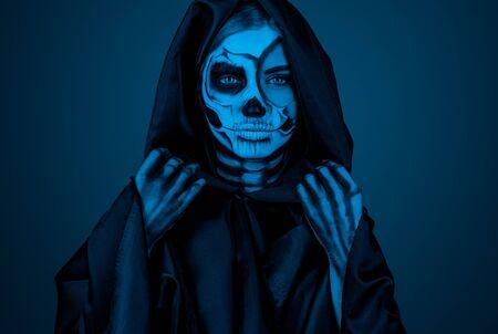 Female death in hooded cloak under blue light 版權商用圖片