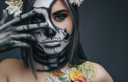 Spooky lady gesturing V sign 版權商用圖片