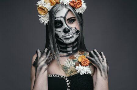 Female death with floral wreath on Halloween Day 版權商用圖片