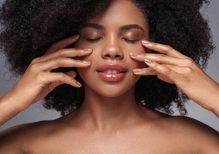 Beautiful black model touching perfect clean skin Foto de archivo