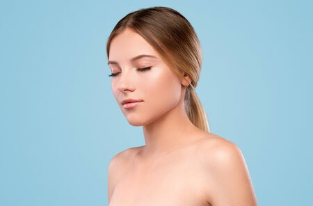 Young female model with shiny perfect skin Banco de Imagens - 143073089