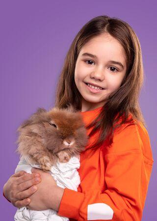 Little girl hugging adorable rabbit Banco de Imagens - 143073094