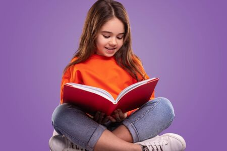 Cute little girl reading book Banco de Imagens - 143073104