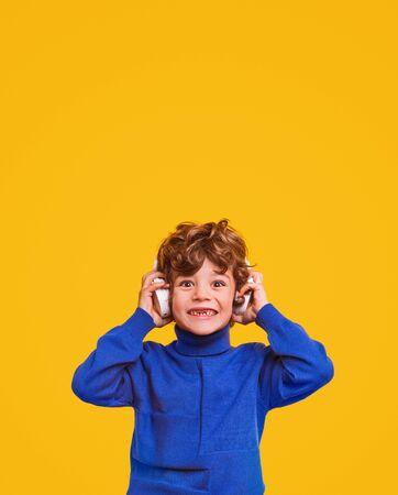 Shocked boy listening to music Banco de Imagens - 143073128