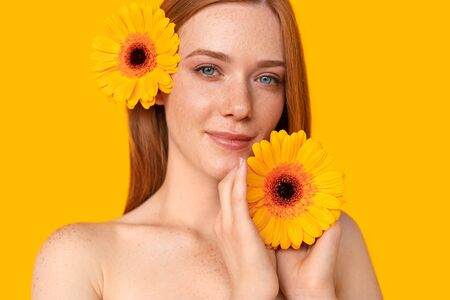 Ginger woman with bright flowers Banco de Imagens - 143073191
