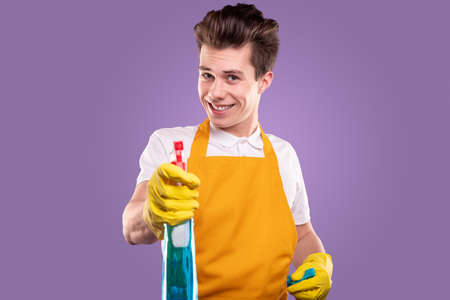 Cheerful man in apron with detergent 免版税图像