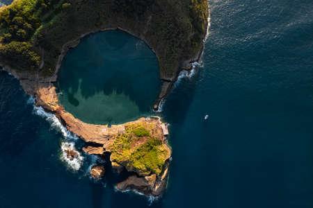 Picturesque volcanic island in ocean 免版税图像
