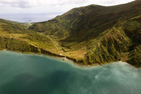 Hiking trail in mountains near lake 免版税图像