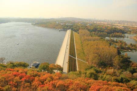 overlooking: Con vistas a la presa y el lago
