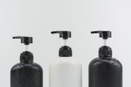jabon liquido: Botella de jab�n l�quido, gel de ducha, champ�, sobre fondos blancos.