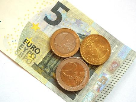 minimum wage: Salario m�nimo 8,50: El salario m�nimo alem�n como nota y monedas de 5 euros. Foto de archivo