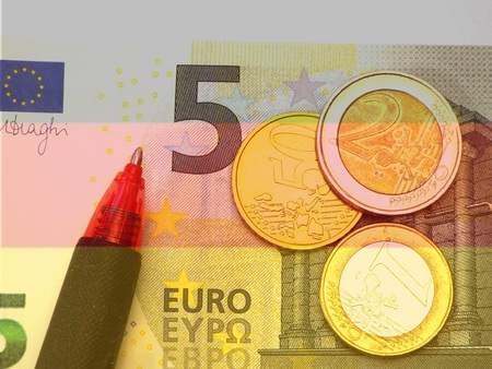 minimum wage: Alem�n Salario m�nimo 8.50 El salario m�nimo alem�n como nota y monedas de 5 euros. Foto de archivo