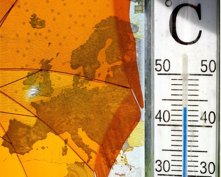 Heatwave in Europe - The picture shows a yellow parasol on the map of Europe, right a thermometer That display High Temperatures. Standard-Bild