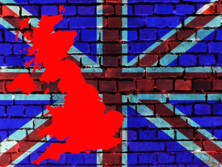 Topics to United Kingdom (background): On a brick wall, the flag of Great Britain is projected. Infront is a map of the country. Standard-Bild