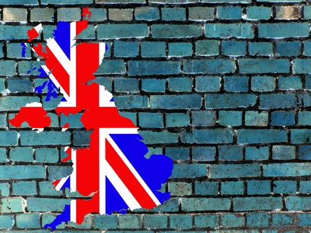 Topics to United Kingdom (background): The map of Great Britain in the national colors in front of a blue-gray brick wall. Standard-Bild