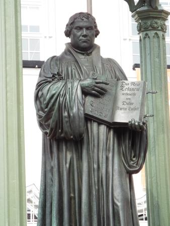 clavados: Monumento Luther en el mercado de lugar delante del ayuntamiento, Wittenberg, Alemania 12042016 - En la puerta de la iglesia del castillo de Wittenberg reformador Martín Lutero clavó sus 95 tesis. Por Lutero y Melanchton, el Wittenberg wurde el centro de la Re