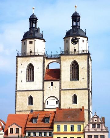 clavados: Torres de la Iglesia de Santa María, Wittenberg, Alemania 04122016 - En la puerta de la iglesia del castillo de Wittenberg reformador Martín Lutero clavó sus 95 tesis. Por Lutero y Melanchton, el Wittenberg wurde el centro de la Reforma. Editorial