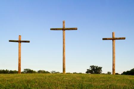 수평선에 세 개의 나무 십자가 스톡 콘텐츠