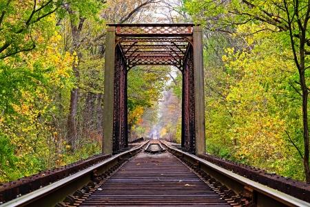 rusty: Puente del ferrocarril en el principio del otoño