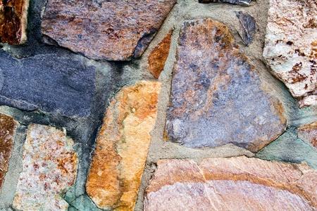 カラフルな石の壁