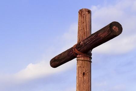 나무 십자가와 푸른 하늘