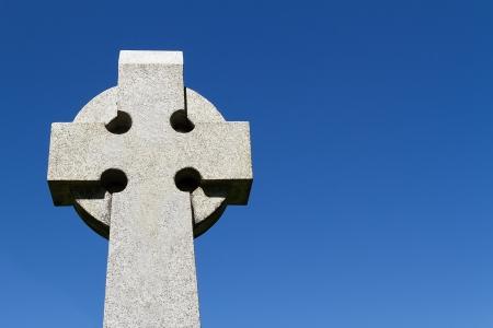 sculpted: Voorgevormde Keltische stenen kruis tegen een diep blauwe hemel met veel ruimte voor tekst