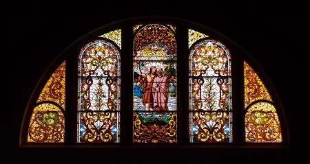 미시간 시티, 인디애나에있는 트리니티 교회에서 스테인드 글라스 창문 스톡 콘텐츠
