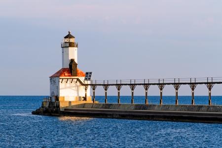 lake michigan lighthouse: El Oriente Pierhead Faro en Michigan City, Indiana con su enfoque pasarela elevada