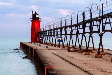 상승 된 금속 catwalk 접근 구조와 생생한 빨간색 사우스 헤븐 등 대, 미시간 호수 위로 다채로운 아침 하늘에 의해 뒷받침
