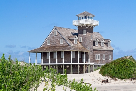 guard house: The restored Oregon Inlet Life Saving Station stands on the North Carolina Outer Banks coast at Pea Island National Wildlife Refuge in Cape Hatteras National Seashore  Stock Photo