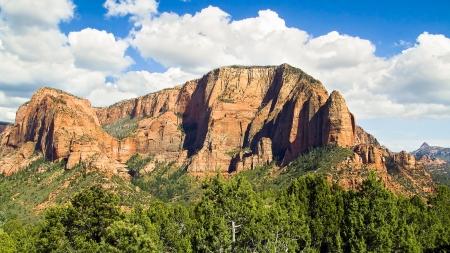 El hermoso paisaje de la Kolob Canyons Distrito de Parque Nacional de Zion se muestra aquí muestra Madera cima de la montaña y Shuntavi Butte cubierto con un espectacular cielo Foto de archivo - 21404328