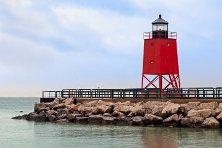 lake michigan lighthouse: El Sur Light Pier Charlevoix en Charlevoix, Michigan es una red piramidal de acero torre del faro y se ha destacado en el Lago Michigan desde 1948 Foto de archivo