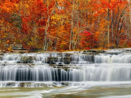 インディアナの岩岩棚を注ぐ急流