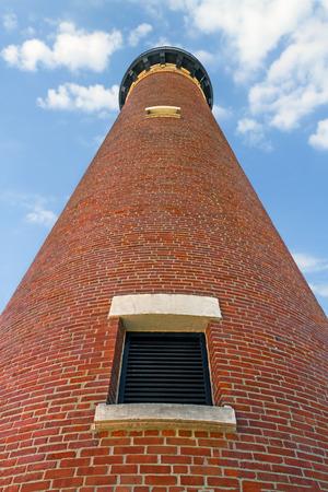 lake michigan lighthouse: Mirando hacia arriba en el ladrillo rojo natural de peque�o faro de la punta del Sable, en la costa del Lago Michigan Michigan s