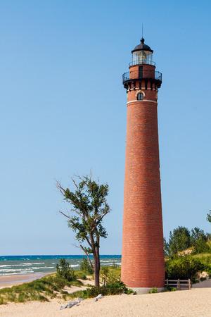 lake michigan lighthouse: El faro de la punta del Sable Poco se encuentra en una playa de arena de la costa del Lago Michigan Michigan s Foto de archivo