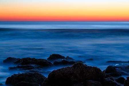 coquina: Las olas del oc�ano Atl�ntico rompen en una piedra coquina en Florida Foto de archivo