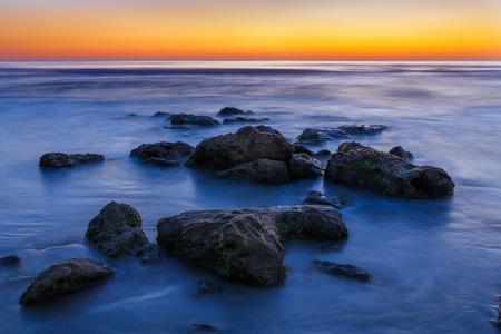 coquina: Olas del oc�ano Atl�ntico rodea piedra coquina en la playa de la Florida Foto de archivo
