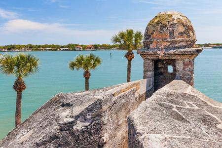 보초 상자 포탑는 카 스틸로 데 산 마르코스, 세인트 어거스틴, 플로리다에있는 17 세기 스페인어 포트에서 마탄 사스 베이를 내려다