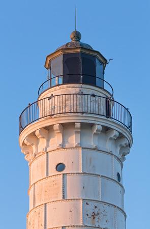 lake michigan lighthouse: La Cana Island Lighthouse, en el condado de Door, Wisconsin, se encuentra quien fue un claro cielo azul de la ma�ana. Foto de archivo