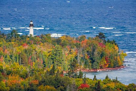 lake michigan lighthouse: Estaci�n de la Luz Au Sable, un faro en la costa del Lago Superior de la pen�nsula superior de Michigan, est� rodeado de colorido follaje oto�al.