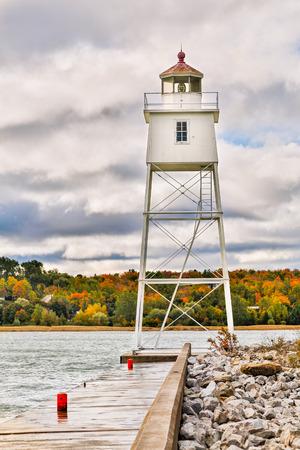 lake michigan lighthouse: Un faro torre de metal marca el puerto en Grand Marais en el lago Superior en Michigan