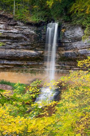 alger: Caduta foglie colorate circondano Munising Falls, una bella cascata in Nella foto di Upper Peninsula Michigan Rocks National Lakeshore.