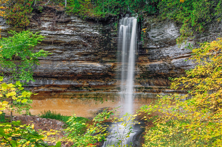 alger: Autumn leaves surround the beautiful Munising Falls, a waterfall in Upper Peninsula Michigan