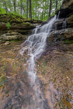 strata: Una bella cascata cascate pi� strati di roccia strati nei pressi della diga di Indiana