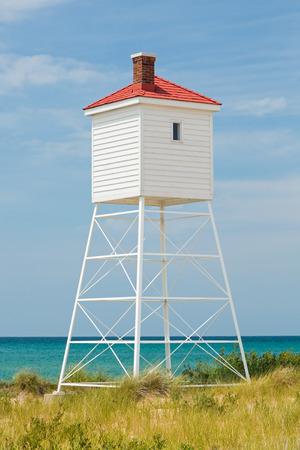 lake michigan lighthouse: La torre de sirena de niebla en Big Sable Point Lighthouse de Michigan se encuentra sobre el lago Michigan en un d�a soleado de verano. Foto de archivo