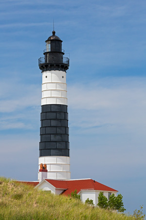lake michigan lighthouse: El faro de la punta de metal revestido de blanco y negro de Big Sable marca la orilla oriental del lago Michigan en Ludington State Park. Foto de archivo