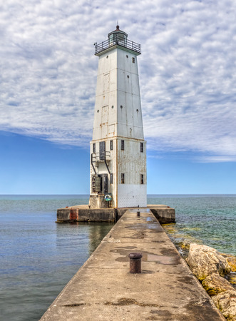 lake michigan lighthouse: La Frankfort, Michigan norte del rompeolas del faro marca la entrada al puerto de esta ciudad histórica en el lago Michigan. Foto de archivo